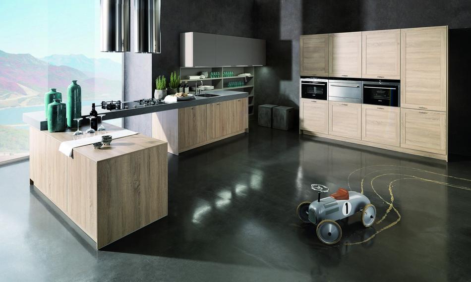 Verbazende nieuwe eigentijdse houten keuken met moderne oven en